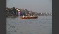Boote bringen Besucher auf die andere Gangesseite